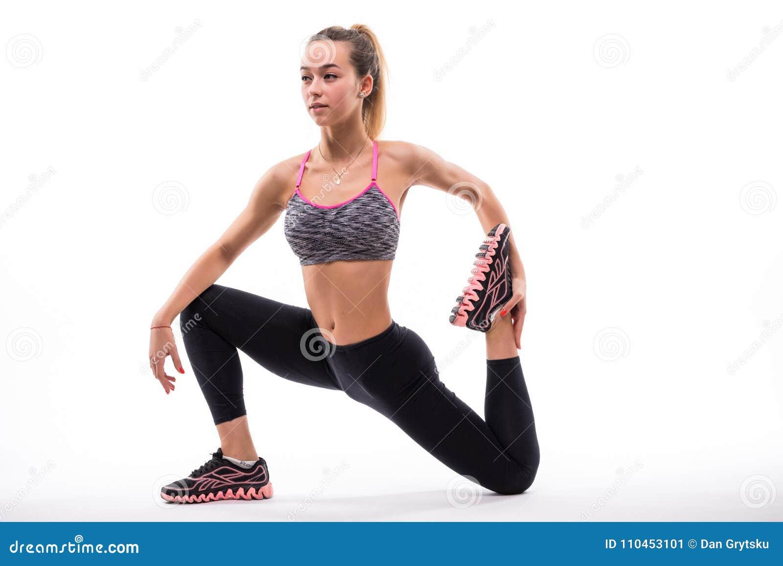 Idrottshallkvinna som sträcker benet över en vit bakgrund