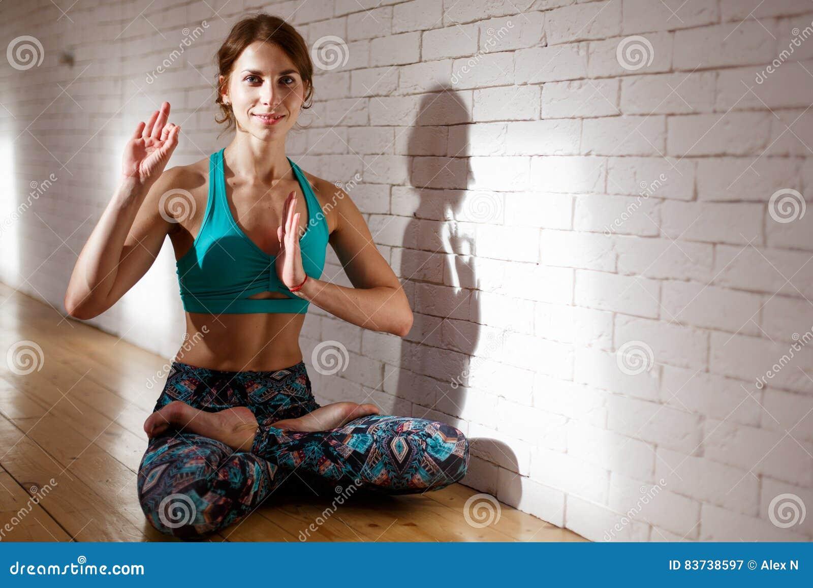 Idrottskvinna som gör yoga i sportswear