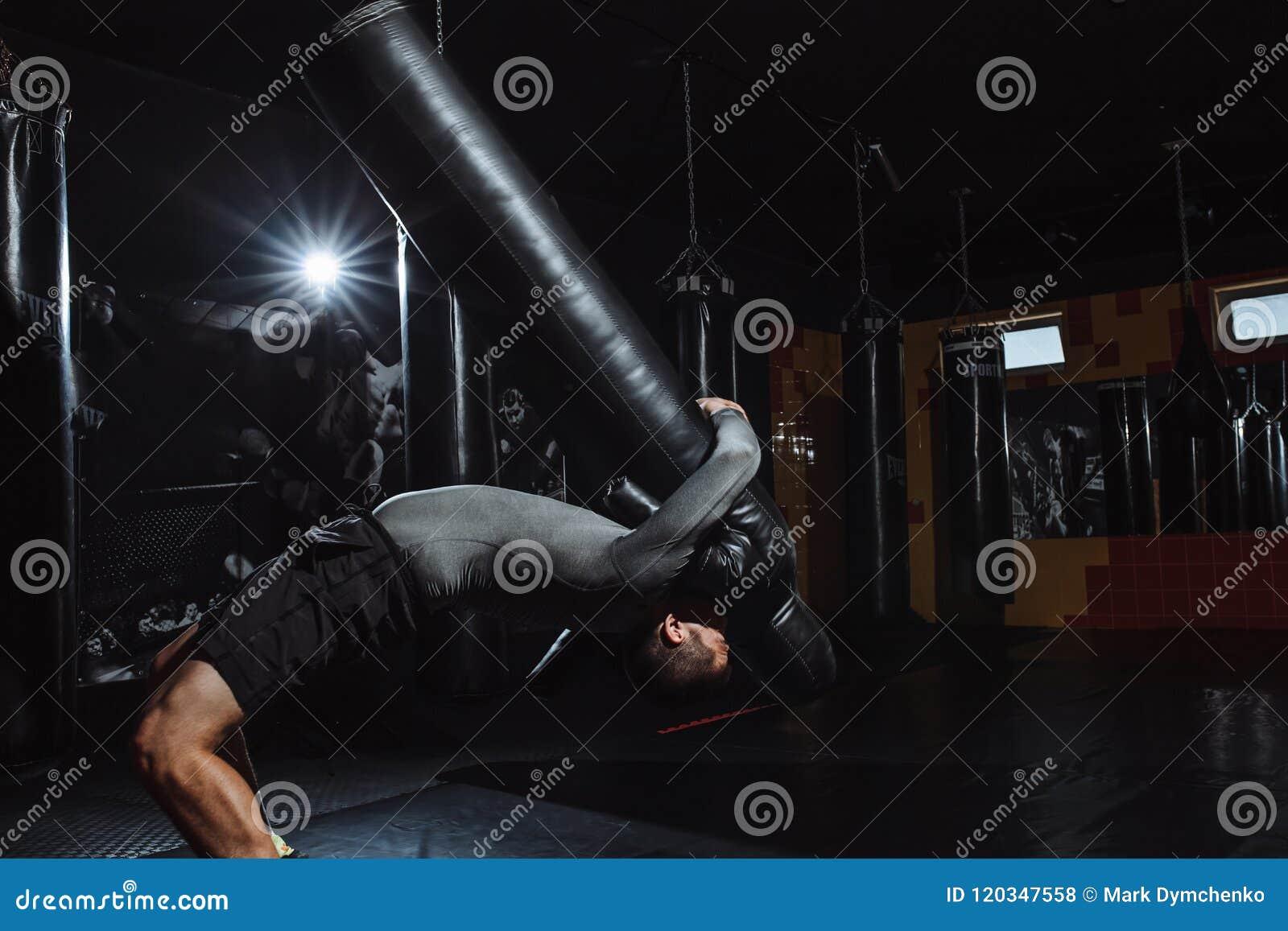 Idrottsman nen gör kastet av attrappen, utbildningen av brottaren, idrottshallen för att slåss