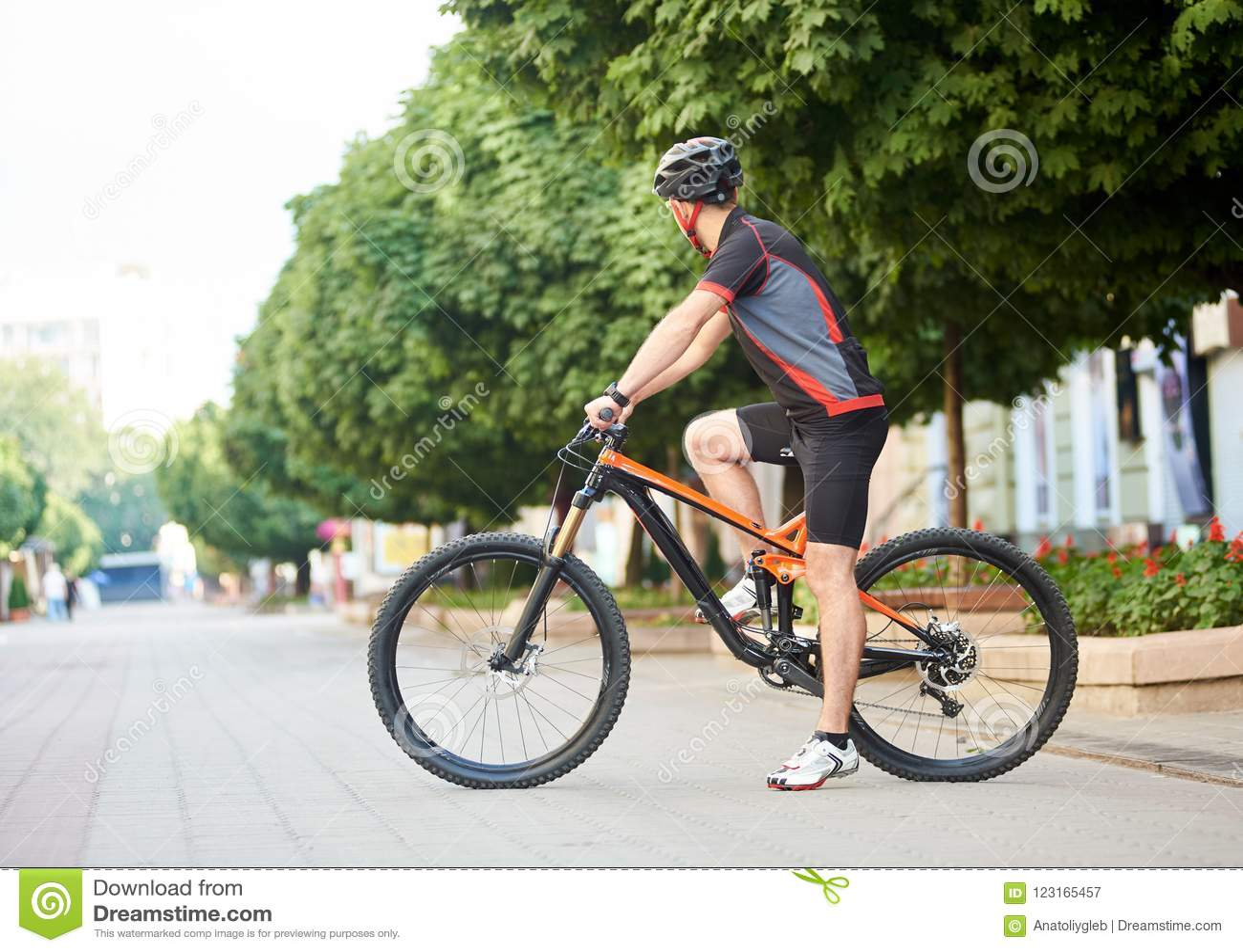 Idrottsmankorsning stadsgata på cykeln