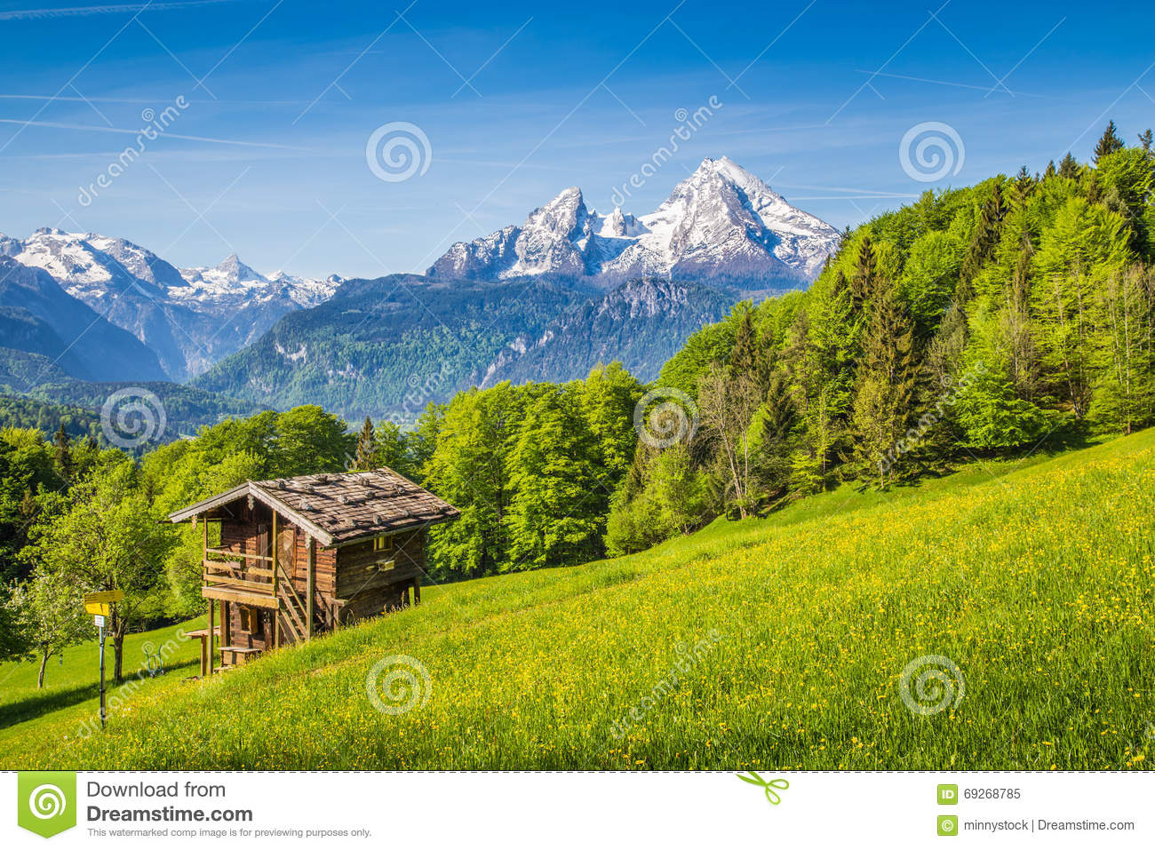 Idyllic mountain scenery with old chalet in the alps in for Chalet a la montagne avec piscine