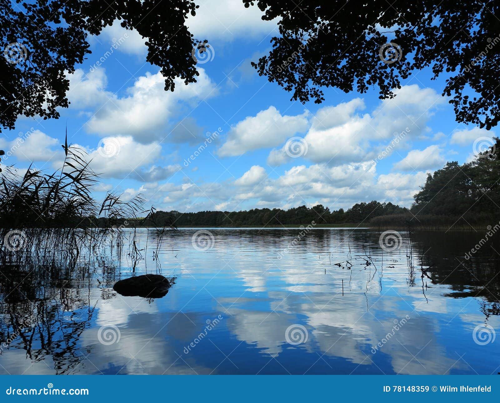 Idylliczny jeziorny widok
