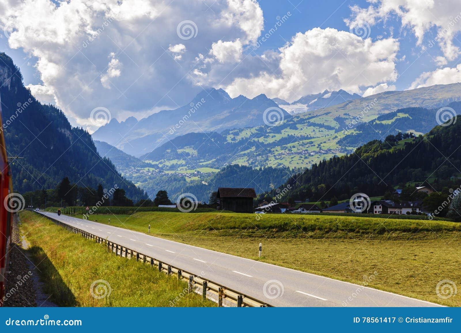 Idylliczny lato krajobraz w Alps z świeżą zielenią
