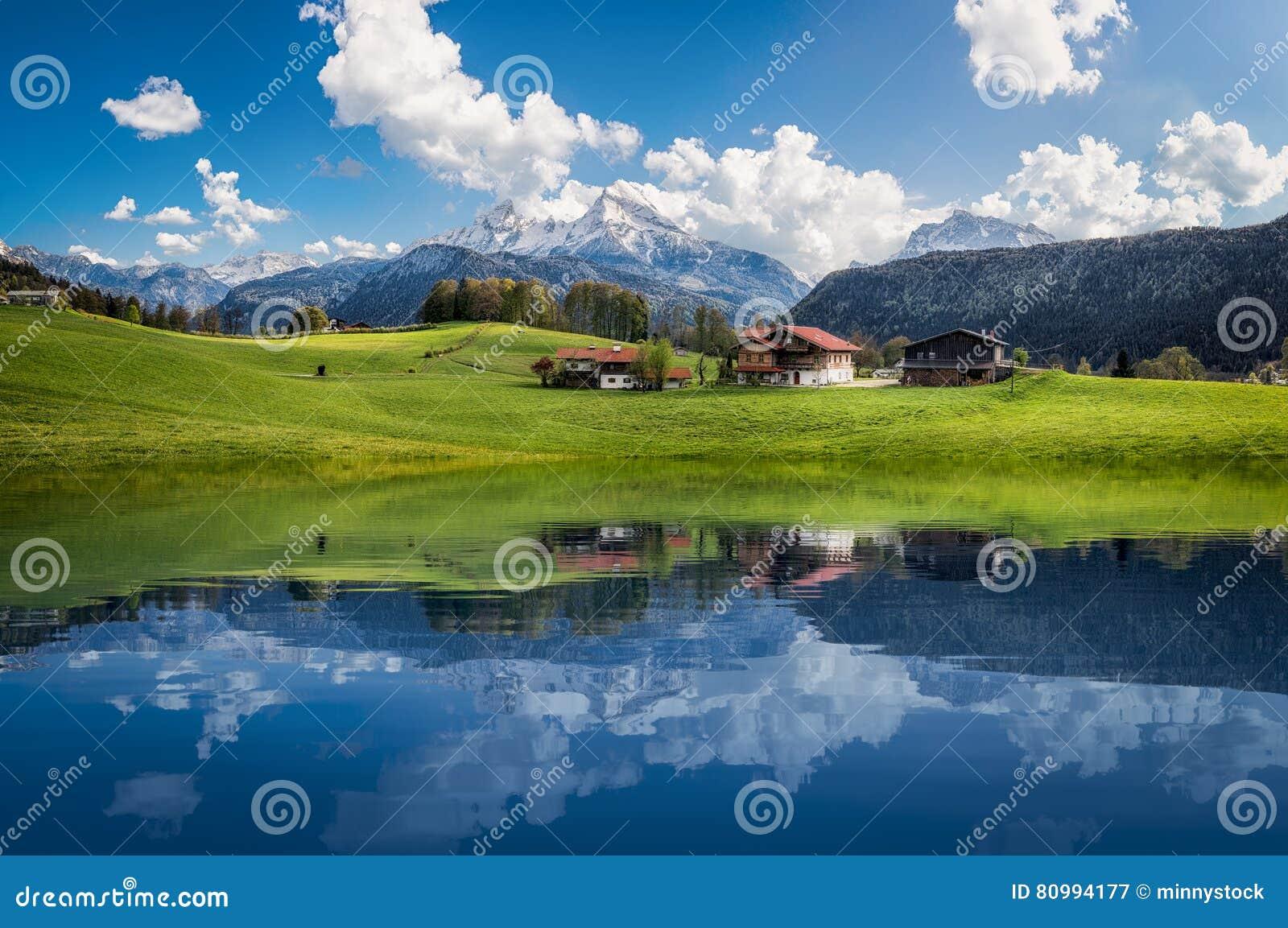 Idylliczny lato krajobraz z jasnym halnym jeziorem w Alps