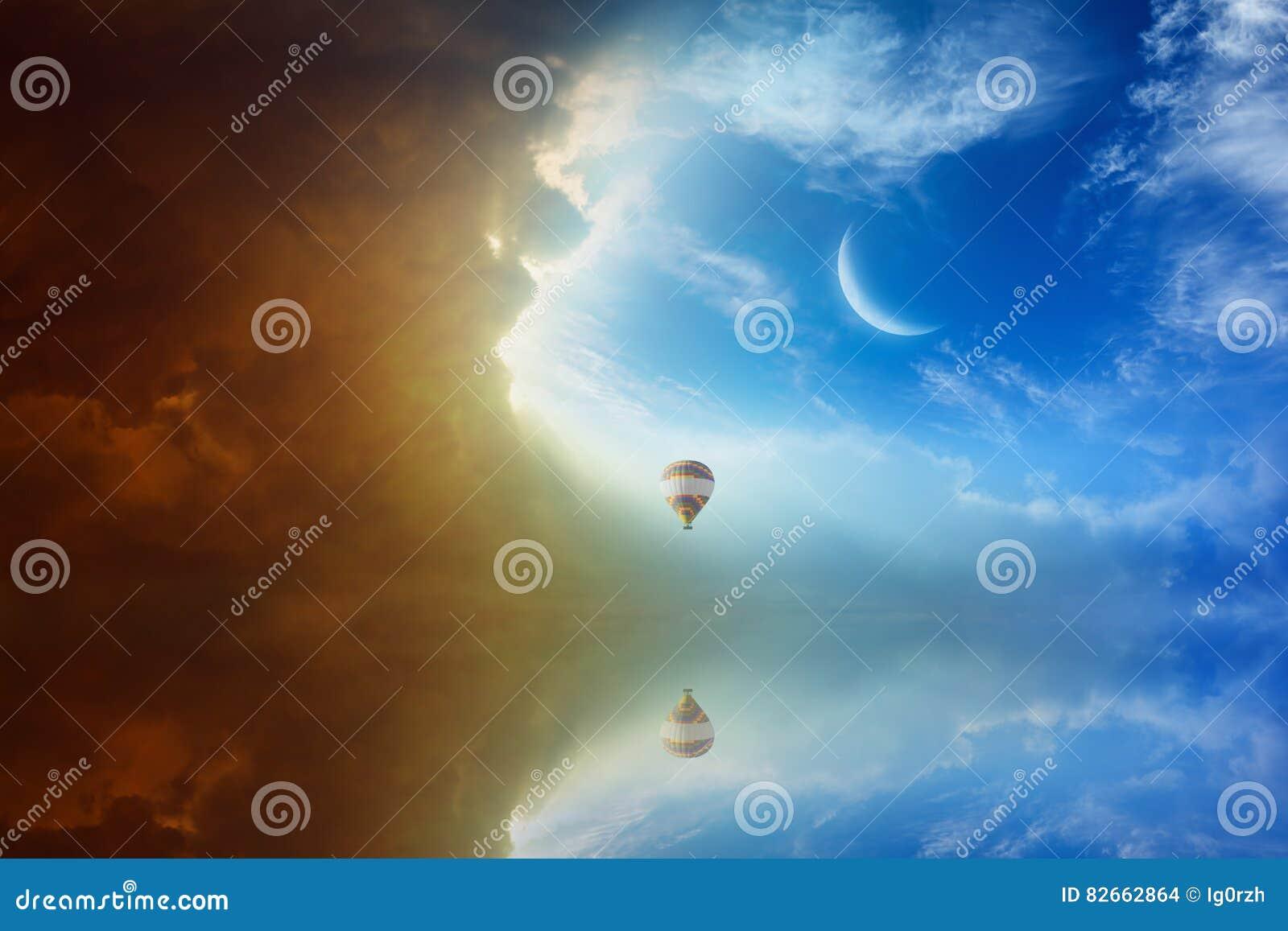 Idylliczny nadziemski tło - kolorowy gorące powietrze balon lata wewnątrz