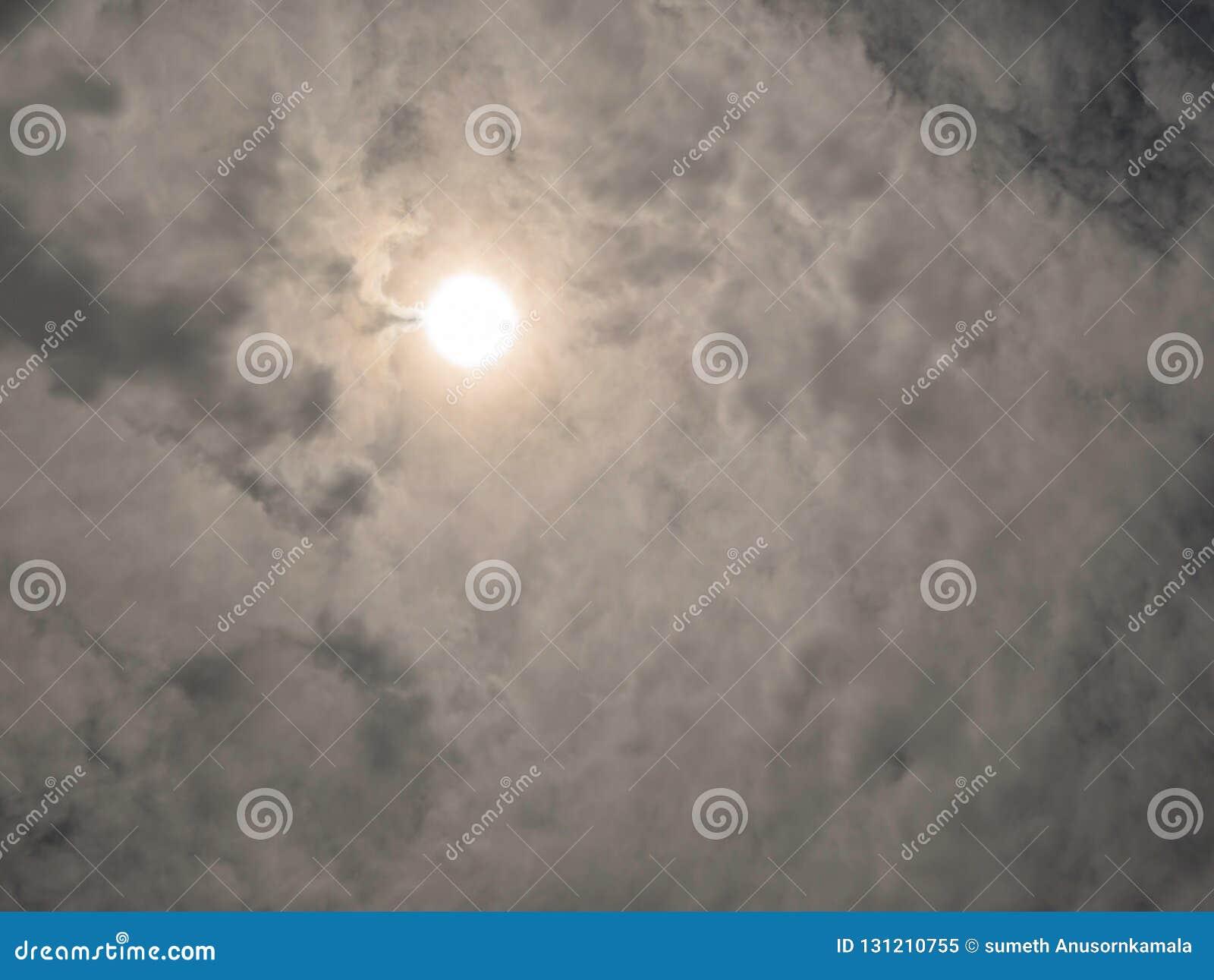 Idylliczny niebo z whie chmurą,