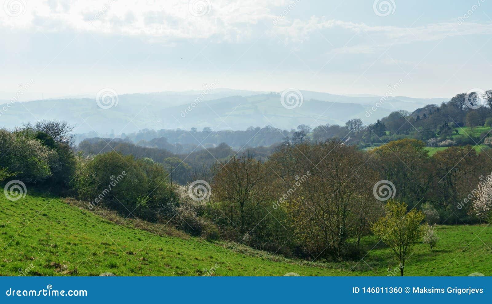 Idylliczny wiejski widok Angielskie patchwork ziemie uprawne i piękni otaczania w Devon, Anglia