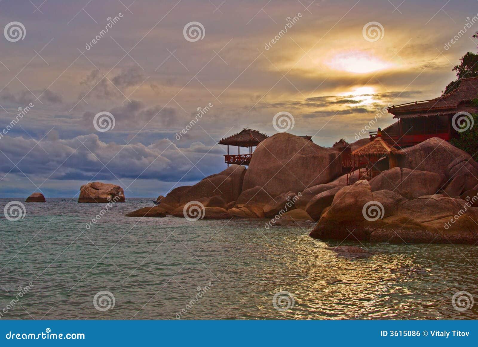 Idylliczny zachód słońca na plaży