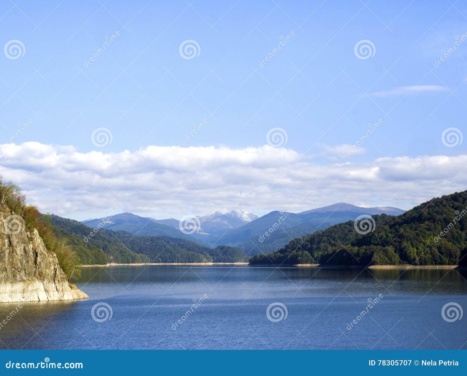 Idyllische Herbstszene in den Alpen mit Gebirgsseereflexion