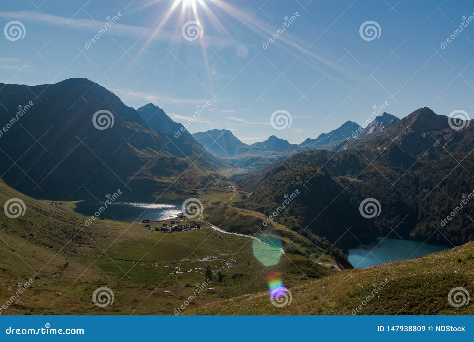 Idyllische panoramisch in valpiora omringd door bergenwaaier in een zonnige dag Zwitserse alpen, Ticino