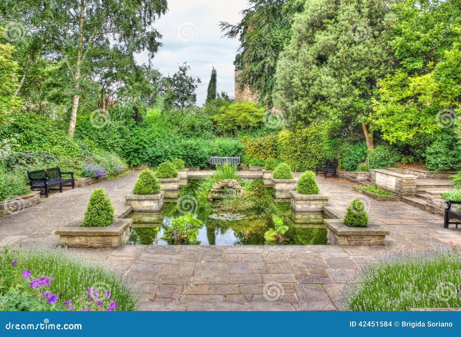 Idyllischer Garten mit Teich