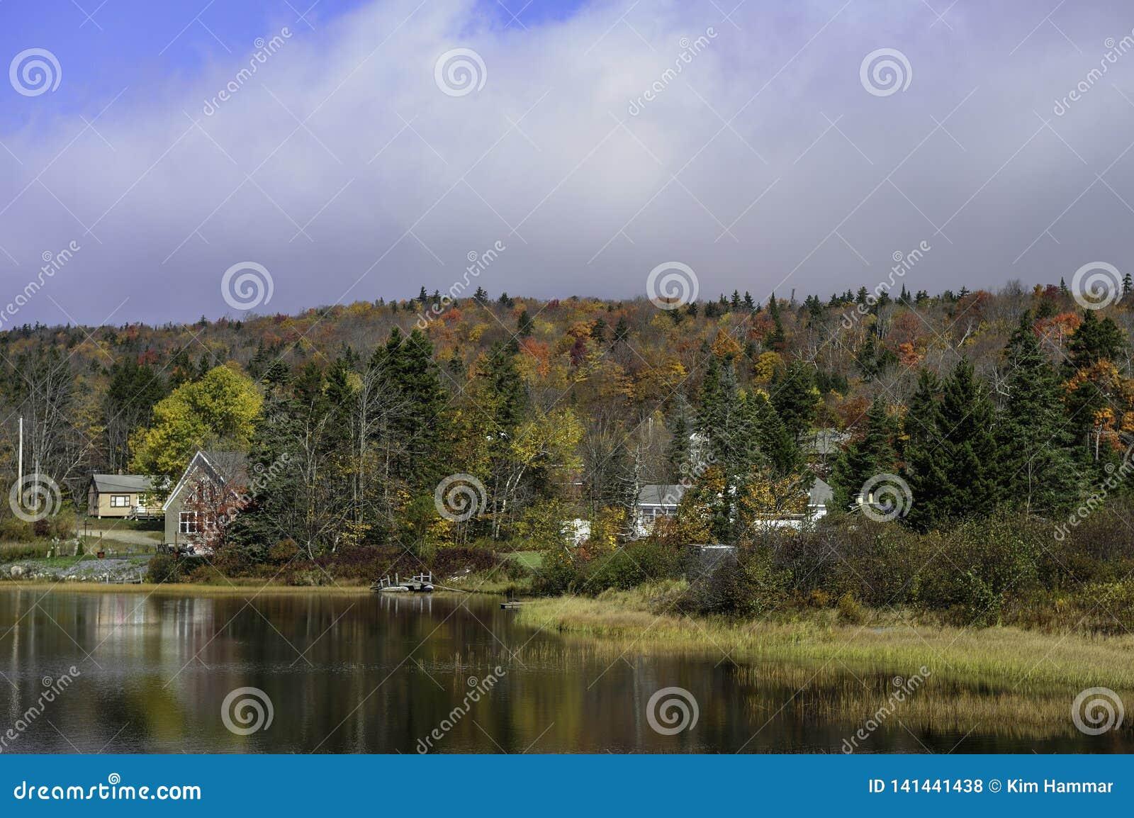 Idyllisk lakesideuppehälle under nedgånglövverk i New England