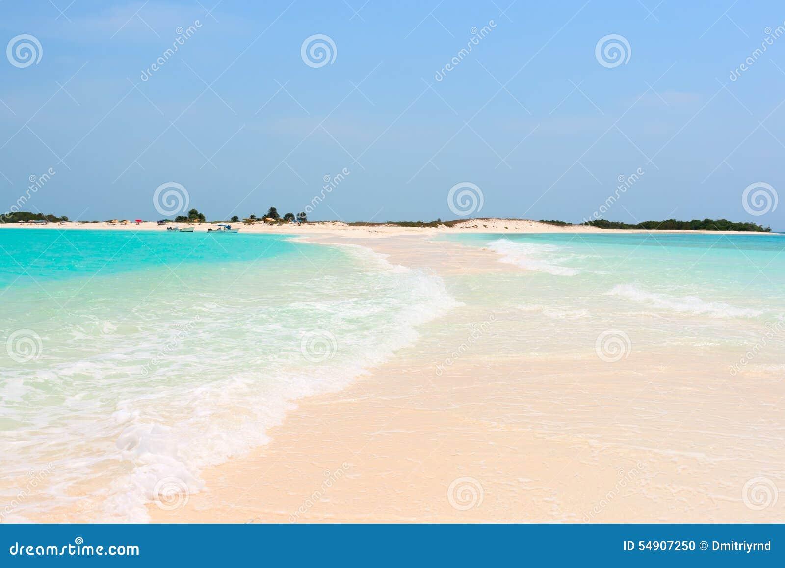 Idyllisk tropisk strand med perfekt turkosvatten
