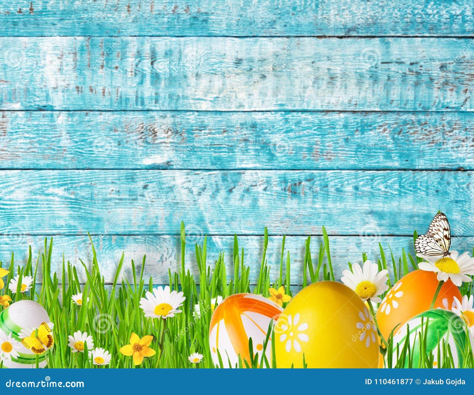 Idyllisk våräng med påskägg och fjärilar