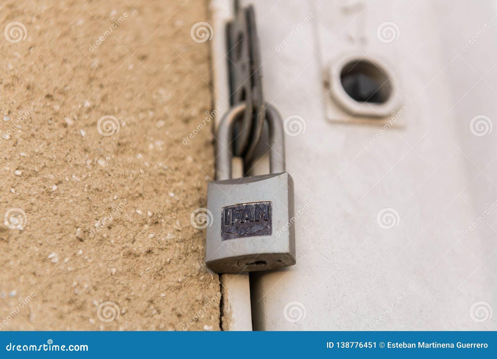 IFAM kędziorek zamyka drzwi elektryczny panel w Caceres, Extremadura, Hiszpania