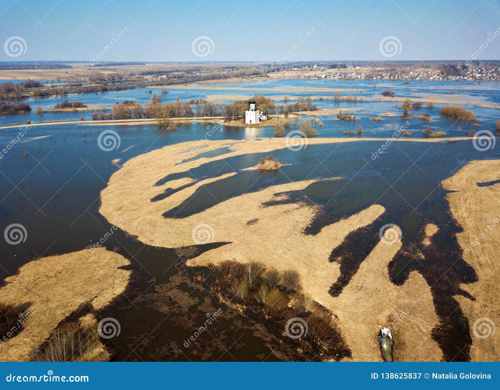 Iglesia aérea de la foto de la intercesión en el río Nerl en la inundación de la primavera Iglesia rusa