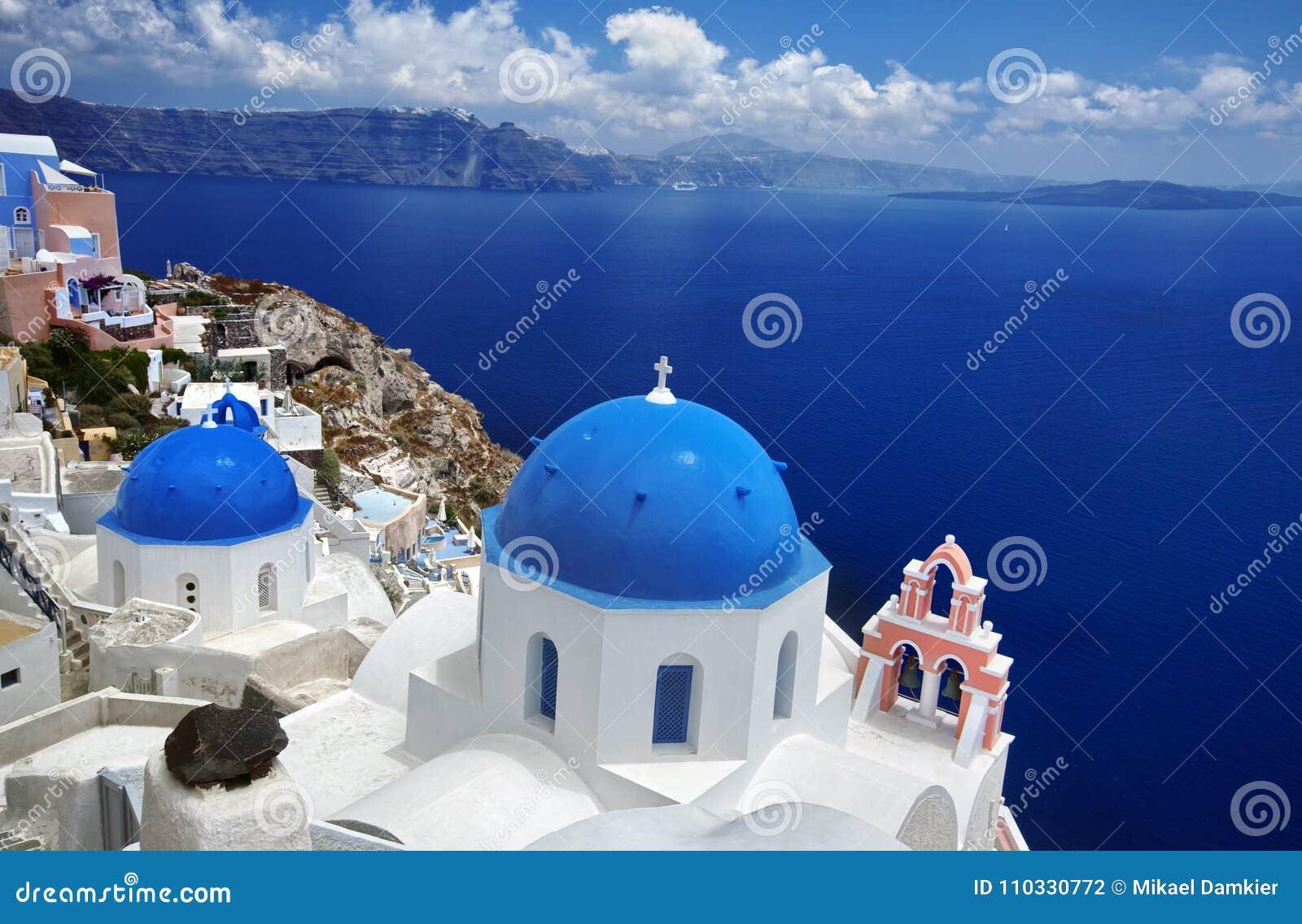 Iglesia azul de la bóveda de Oia hermosa en la isla griega de Santorini,