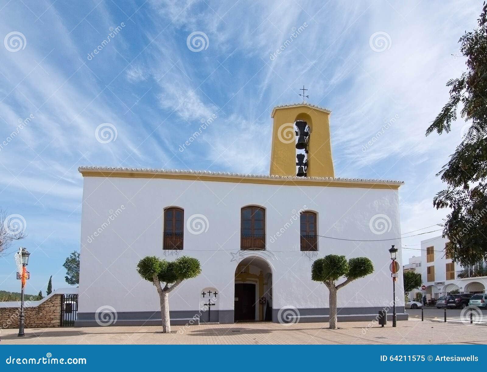 Iglesia blanca de Santa Gertrudis en la Navidad