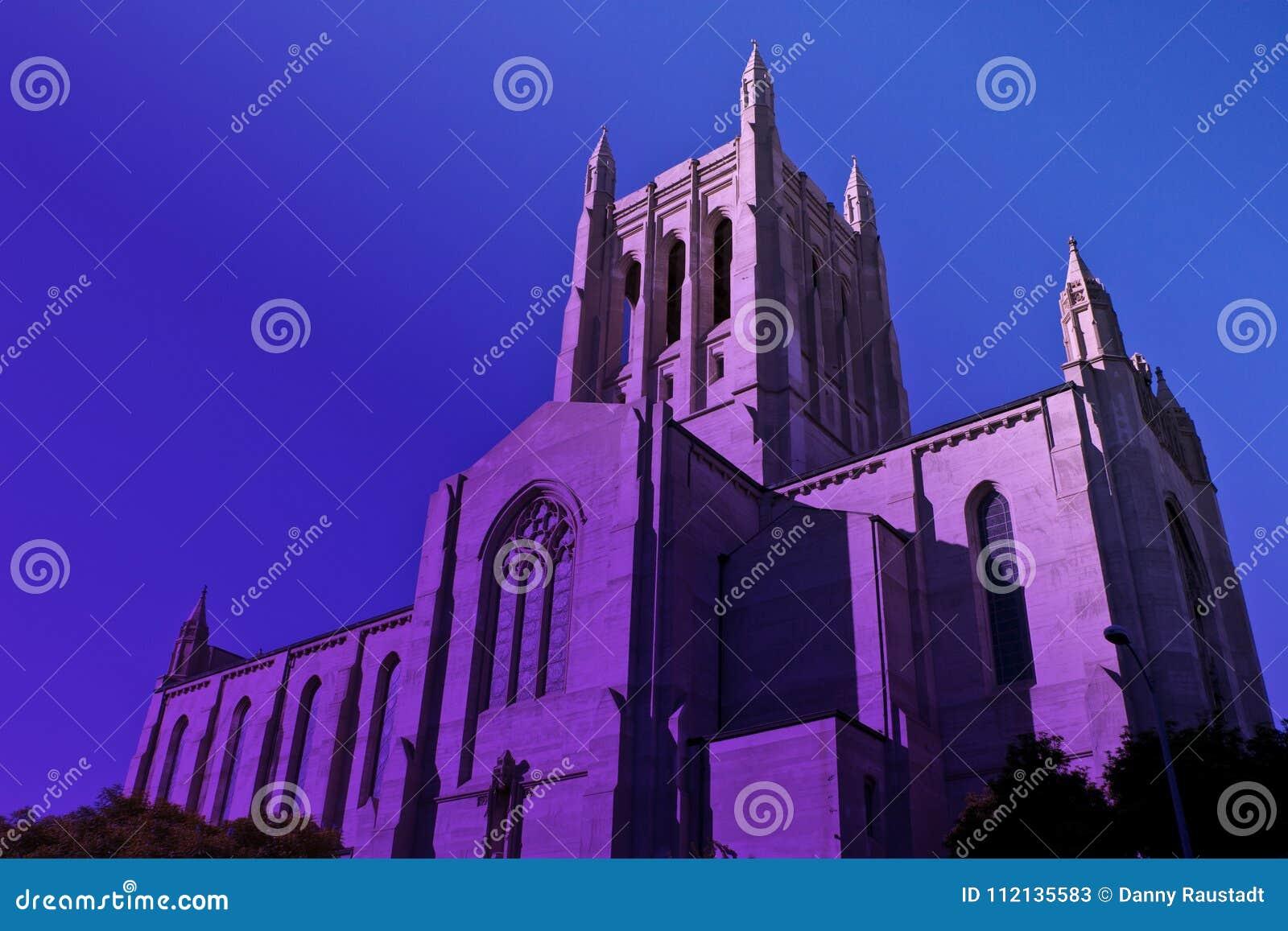 Iglesia católica céntrica alta de Los Ángeles en la neblina púrpura crepuscular