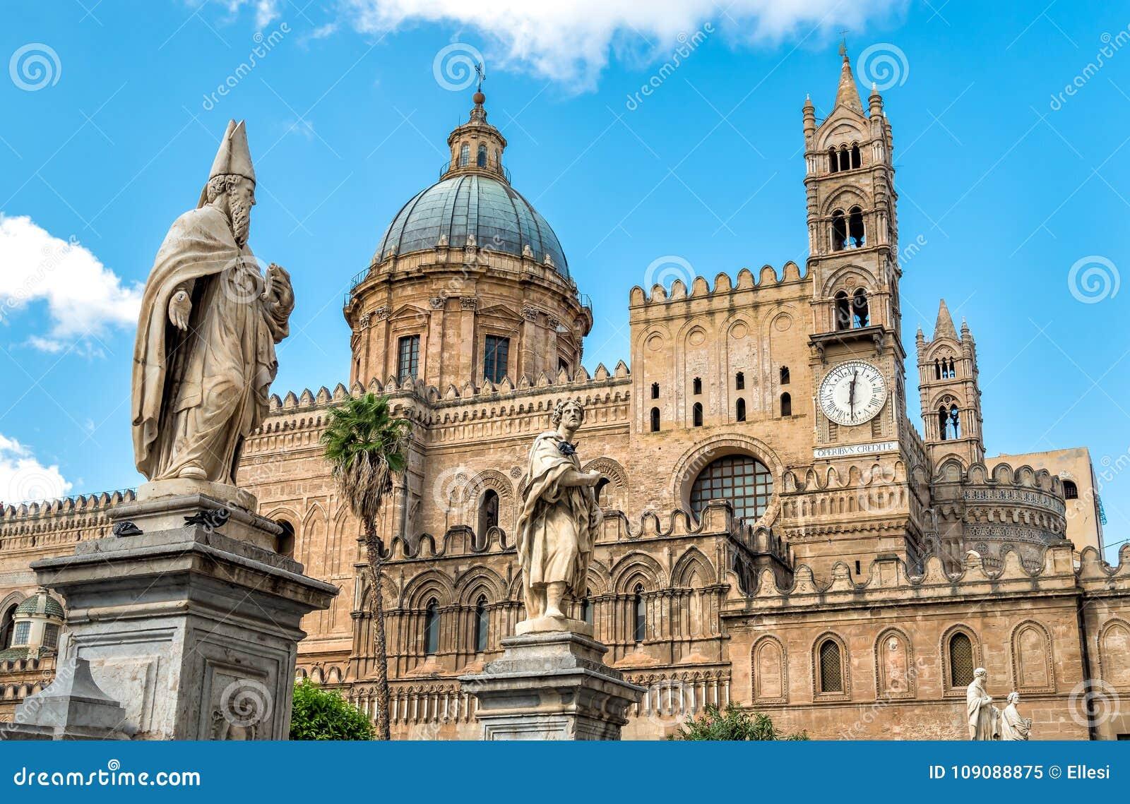 Iglesia con las estatuas de santos, Sicilia, Italia de la catedral de Palermo