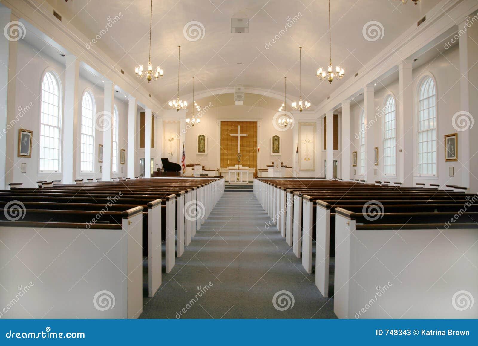 Iglesia cristiana de interior con las luces