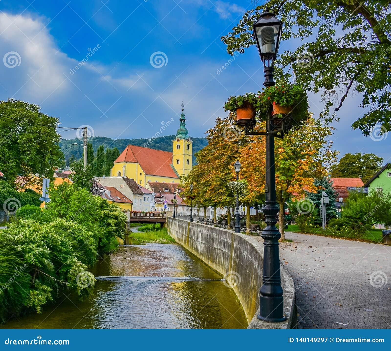 Iglesia de la ciudad de Samobor cerca de una corriente y de un poole ligero