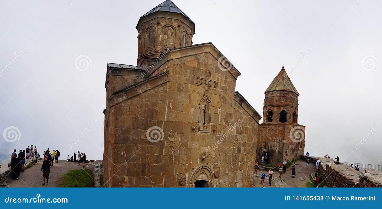 Iglesia de la trinidad de Gergeti o iglesia de la trinidad santa cerca del pueblo de Gergeti en Georgia