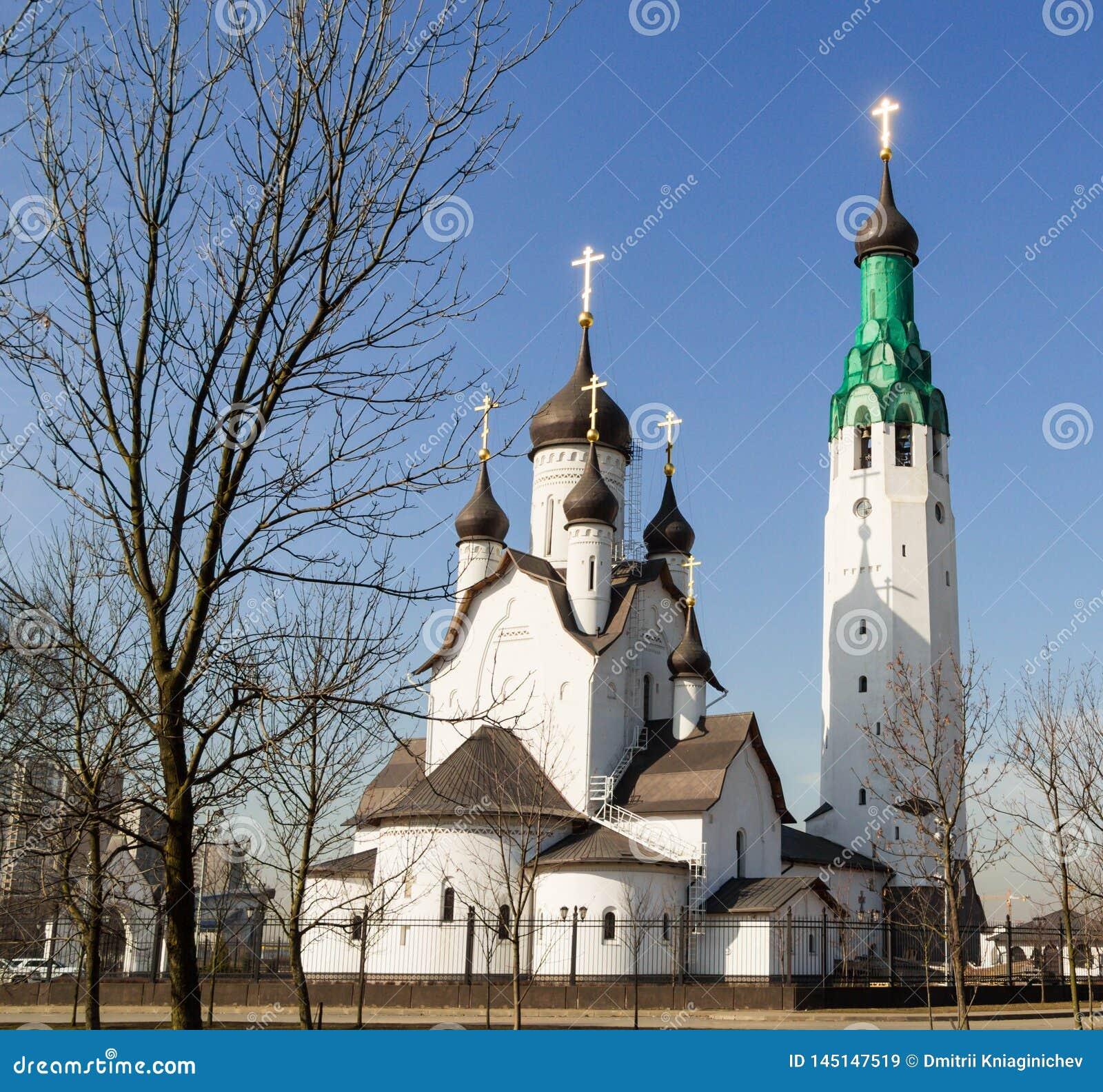 Iglesia de piedra blanca en un día soleado contra una cielo-imagen azul