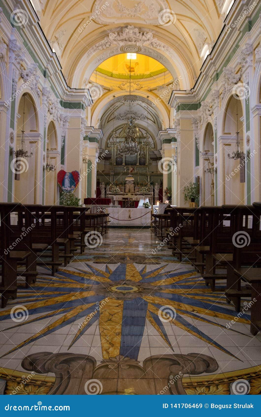 Iglesia de San Gennaro en Vettica Maggiore Praiano, Italia Interior de la iglesia con el altar y muchas decoraciones