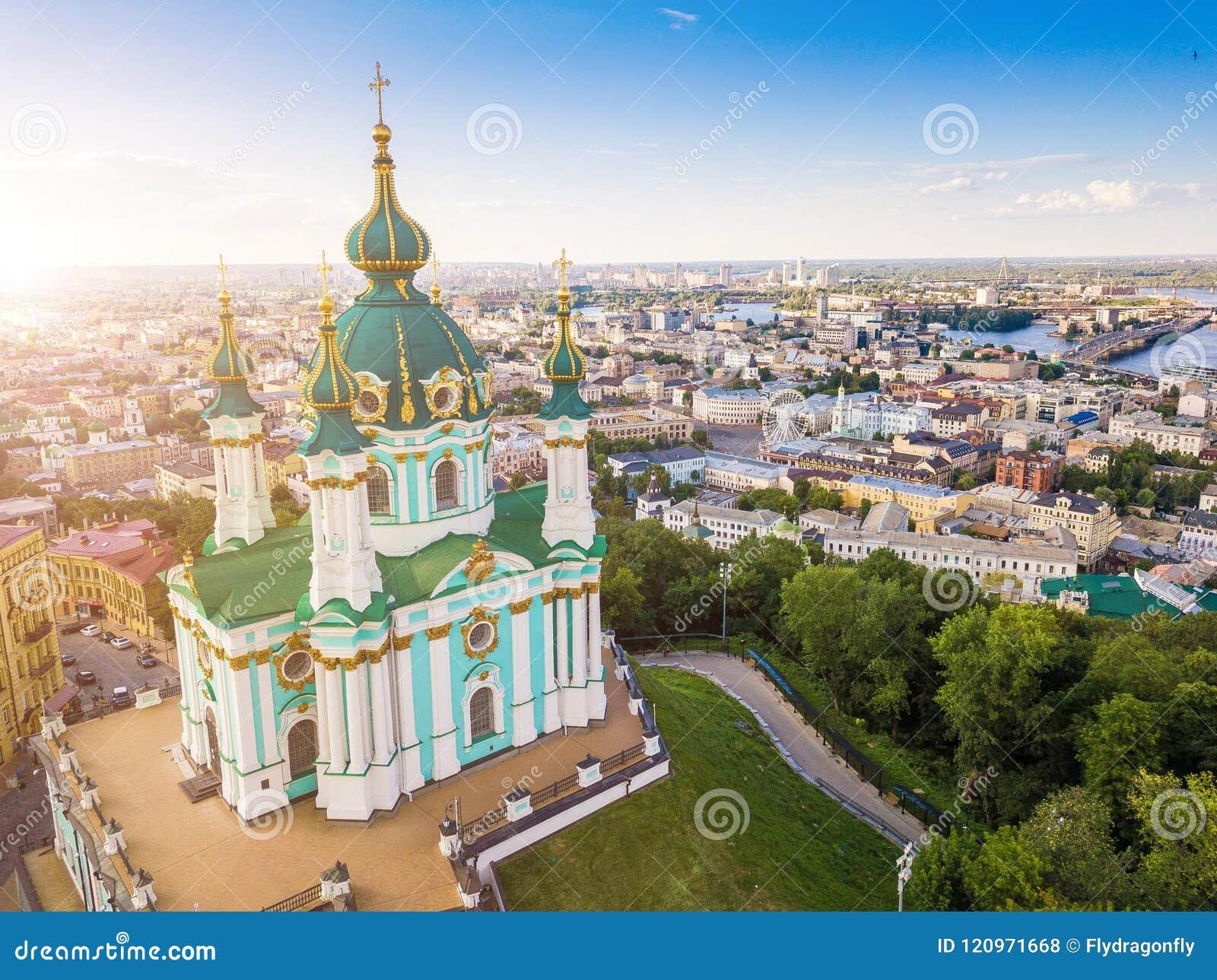 Iglesia del ` s de Kiev Ucrania St Andrew Visión desde arriba Foto aérea Atracciones de Kiev