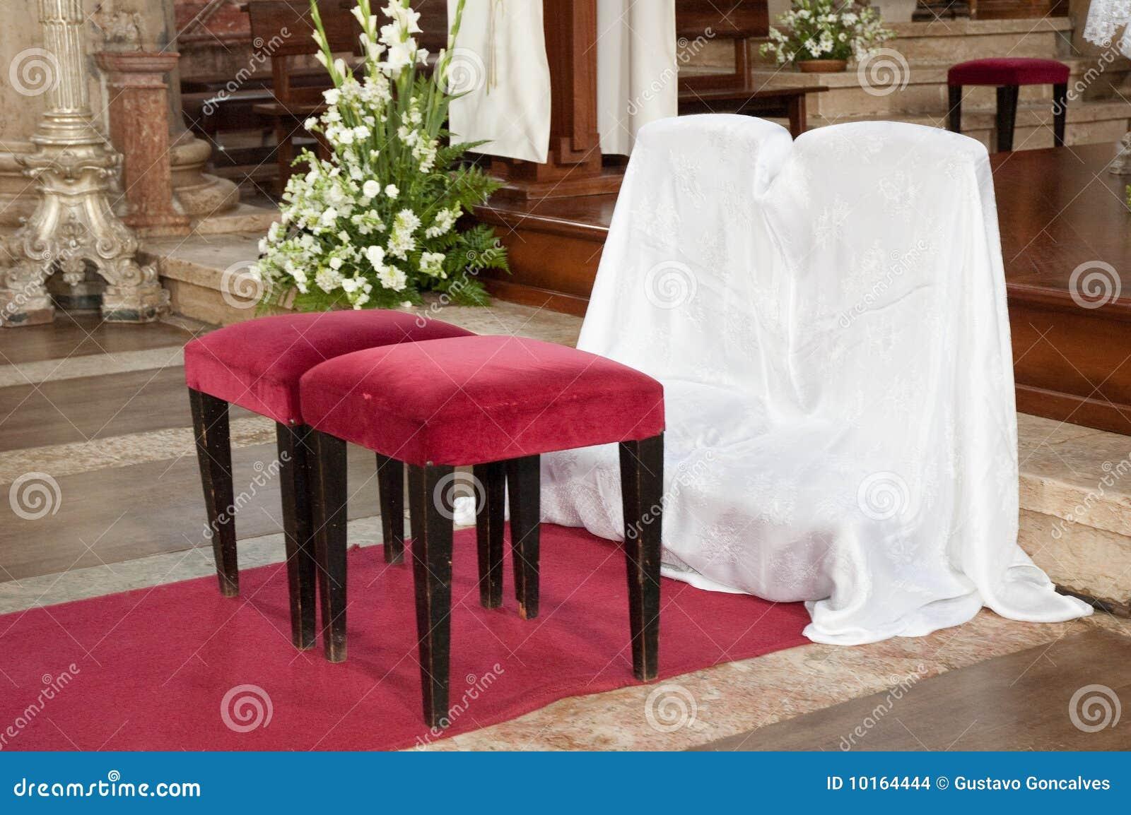 Iglesia del taburete de la boda imagenes de archivo for Sillas para iglesia en madera