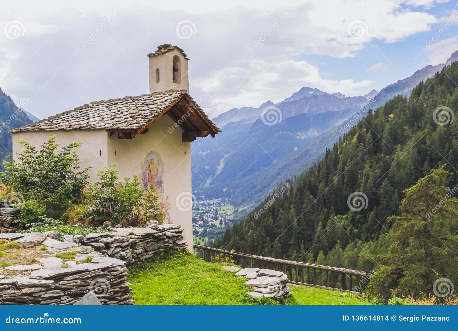 Iglesia en un pueblo alpino en el valle de Gressoney cerca de Monte Rosa