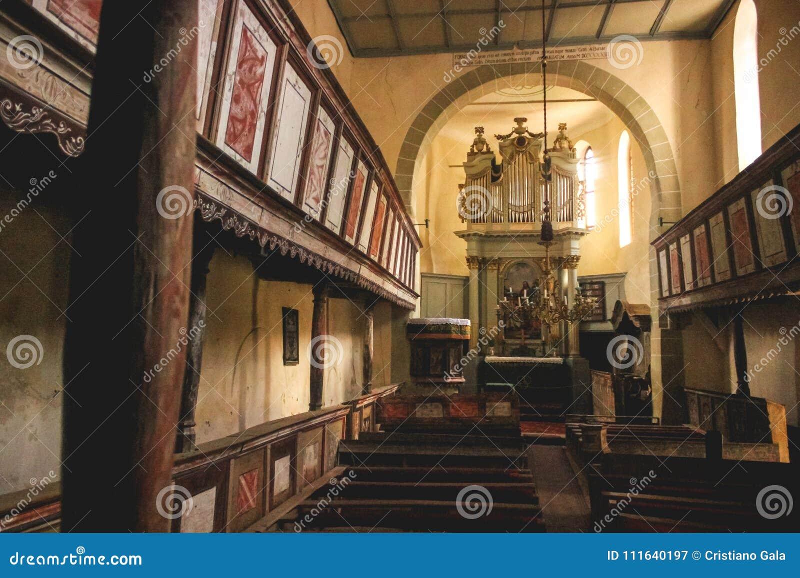 Iglesia fortificada Viscri interior, Rumania