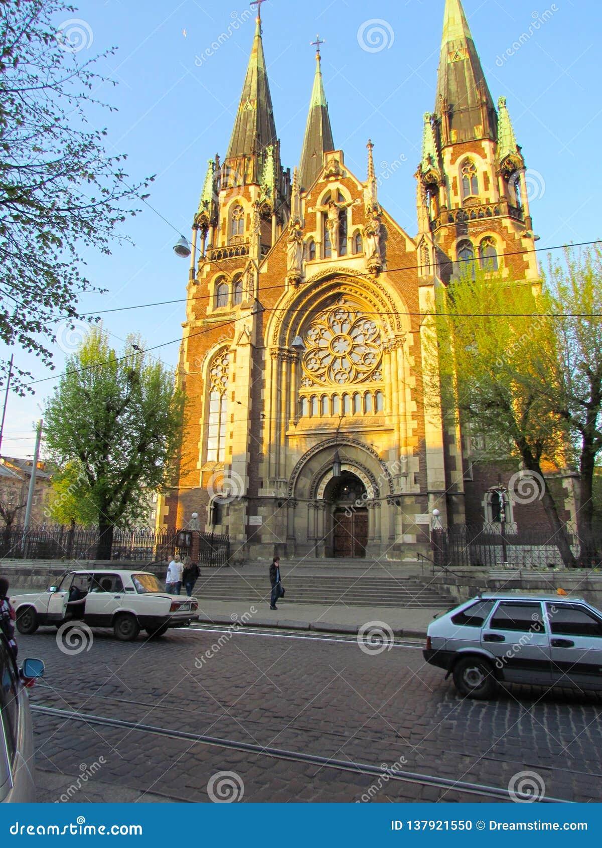 Iglesia hermosa, vieja en el estilo gótico, cerca de la calle de la ciudad