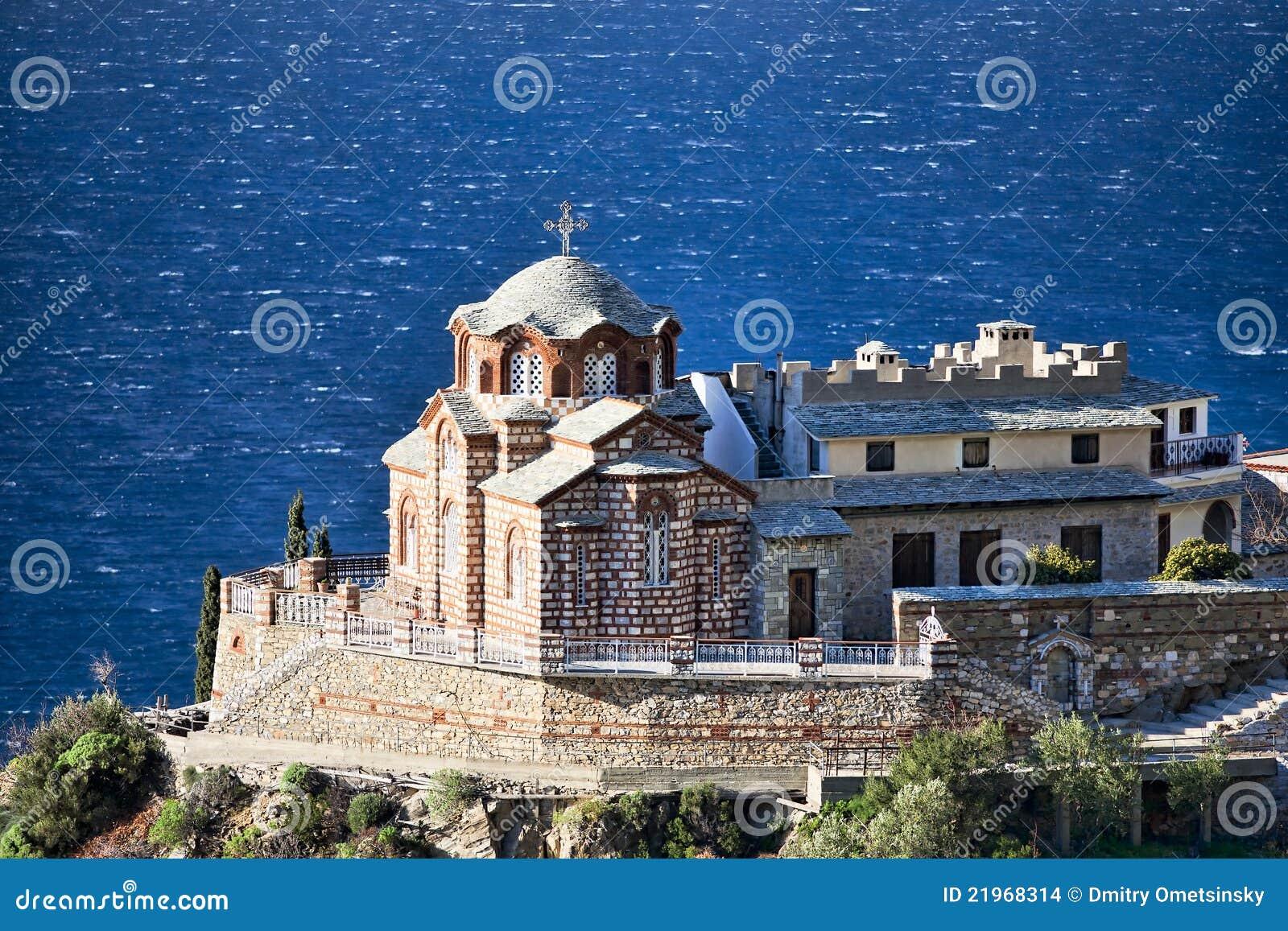 Iglesia ortodoxa bizantina en una roca sobre el mar