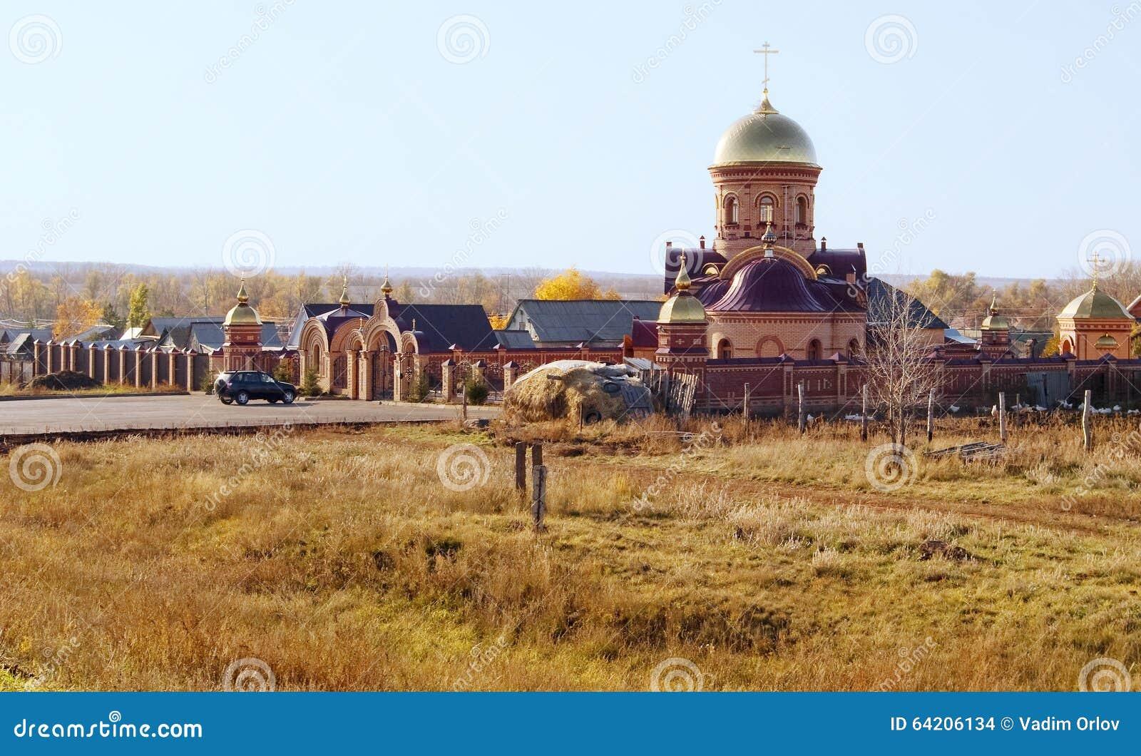 Iglesia ortodoxa en el campo Rusia
