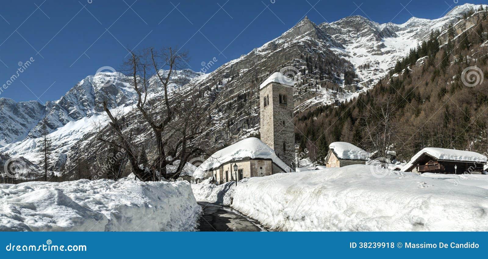 Iglesia vieja en la estación del invierno, Macugnaga - Italia