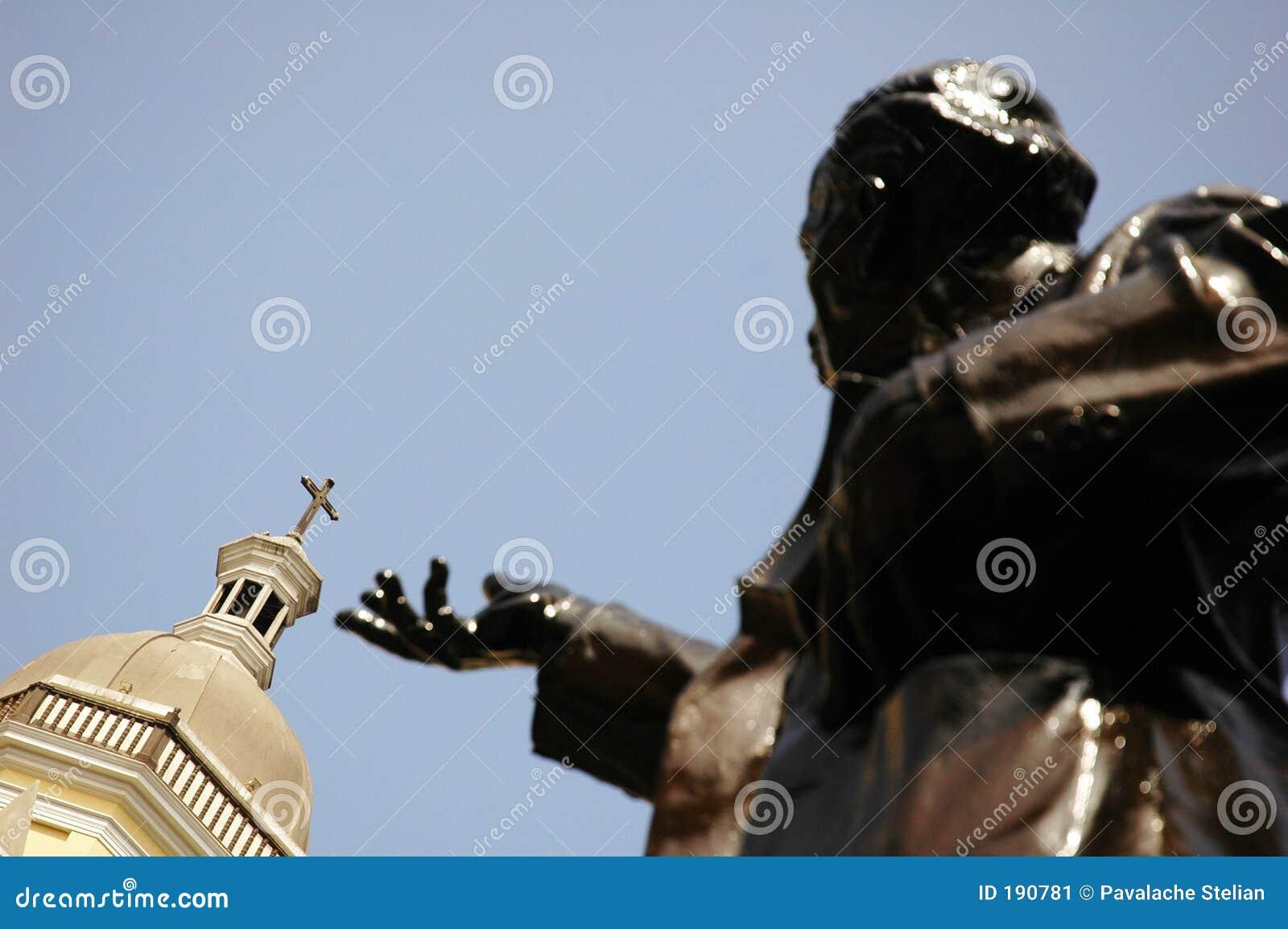 Iglesia y estatua