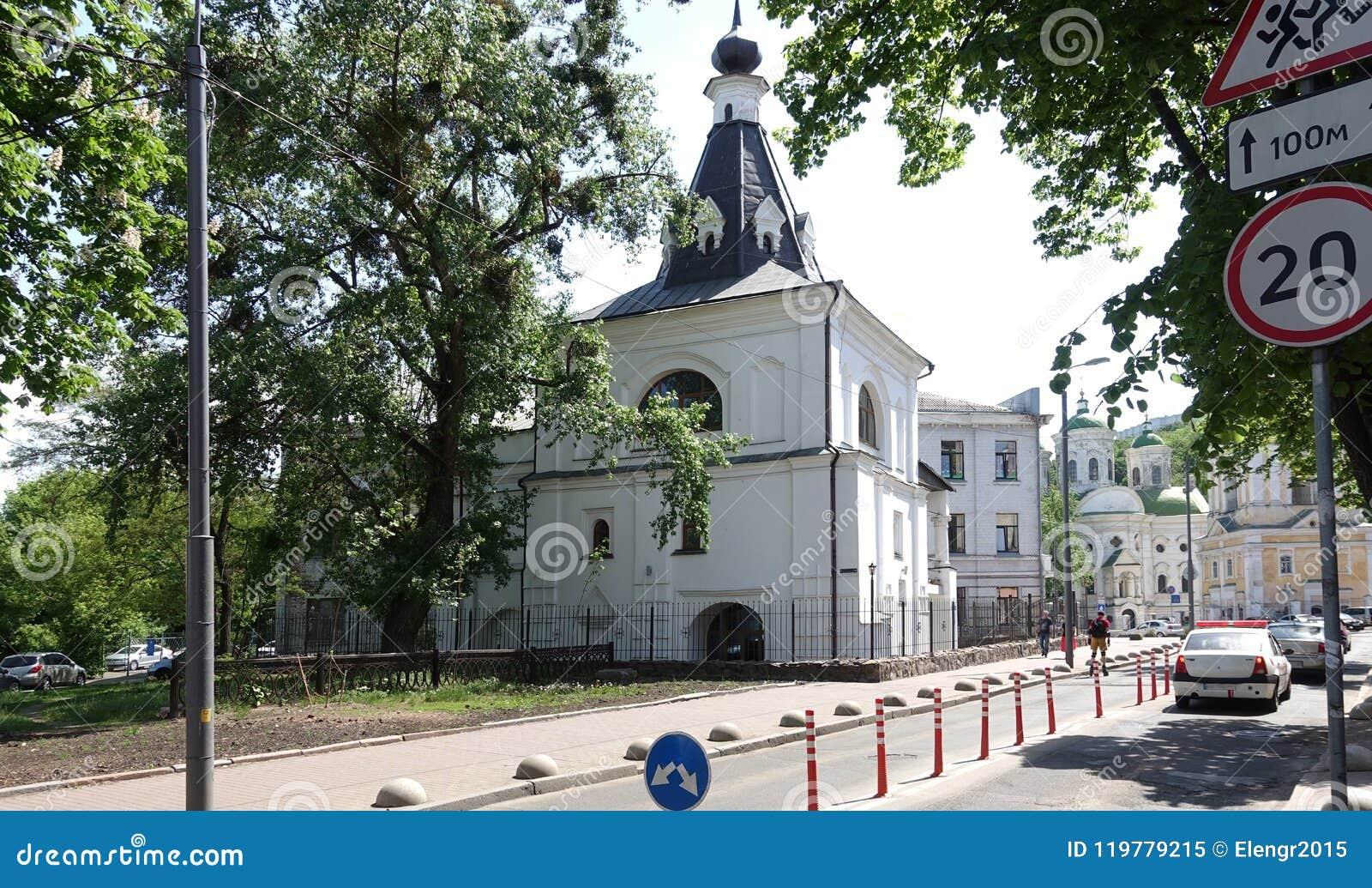Igreja antiga de São Nicolau o bom em Kiev em um dia ensolarado do verão