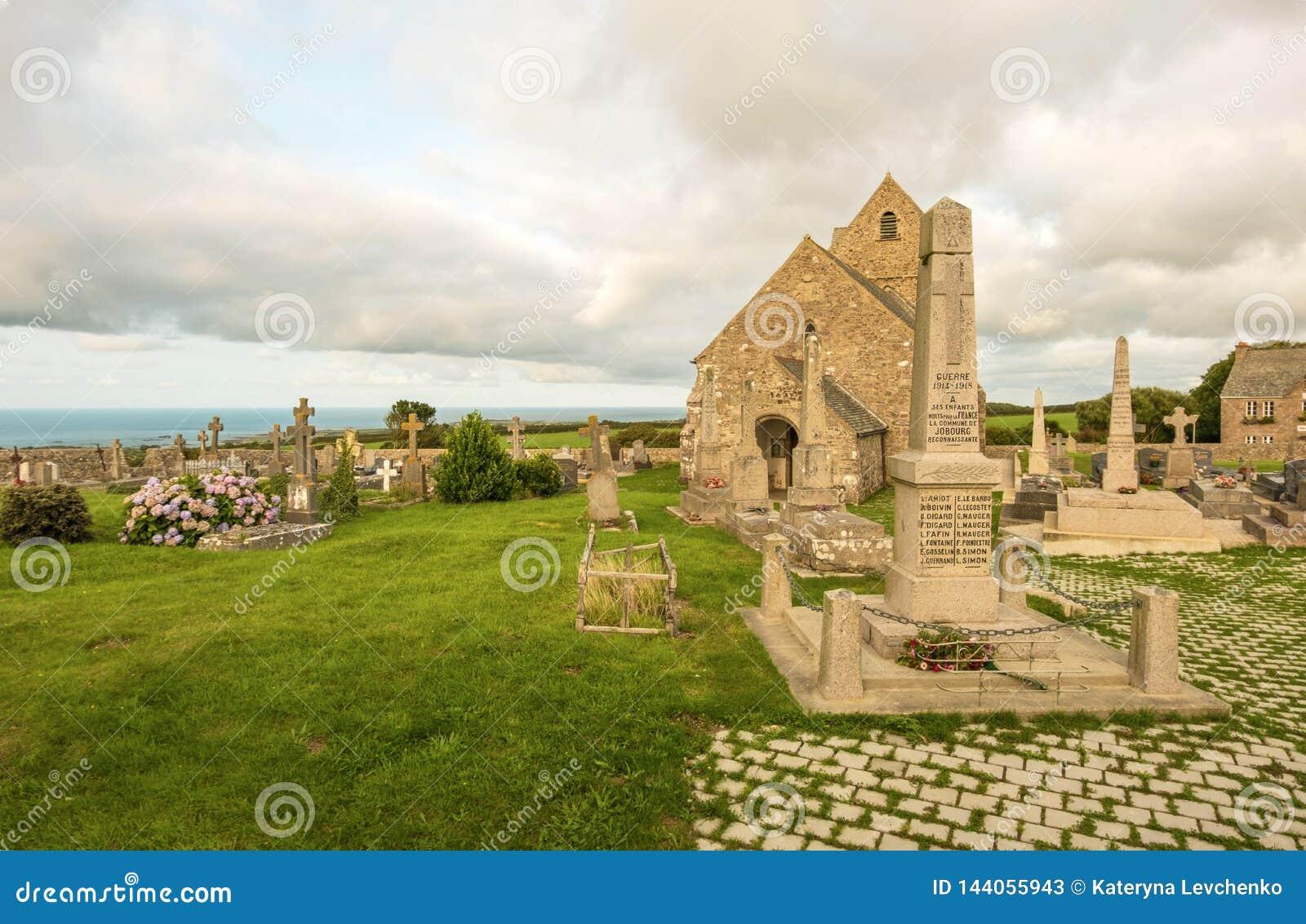 Igreja antiga Notre-Dame de Jobourg e la Haia do cemitério, Normandy, França