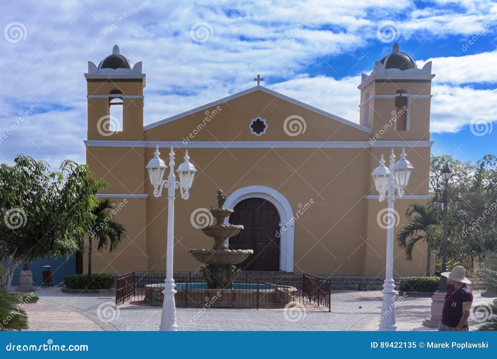 Igreja Católica e fonte em San Sebastian Central Park em Ho