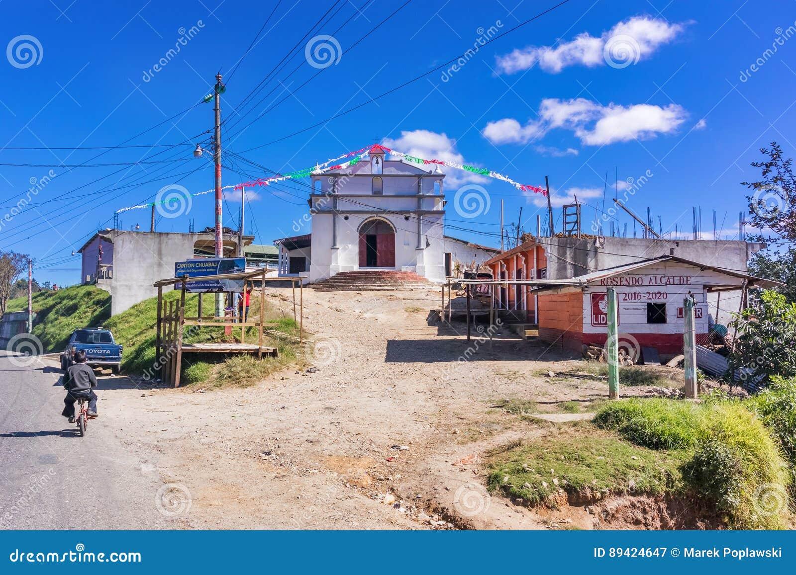Igreja Católica na estrada nas montanhas da Guatemala