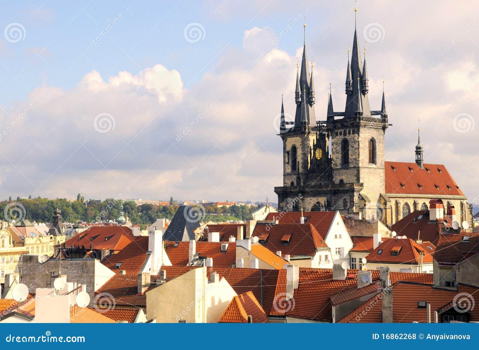 Igreja de Maria Tyn do Virgin e telhados de Praga