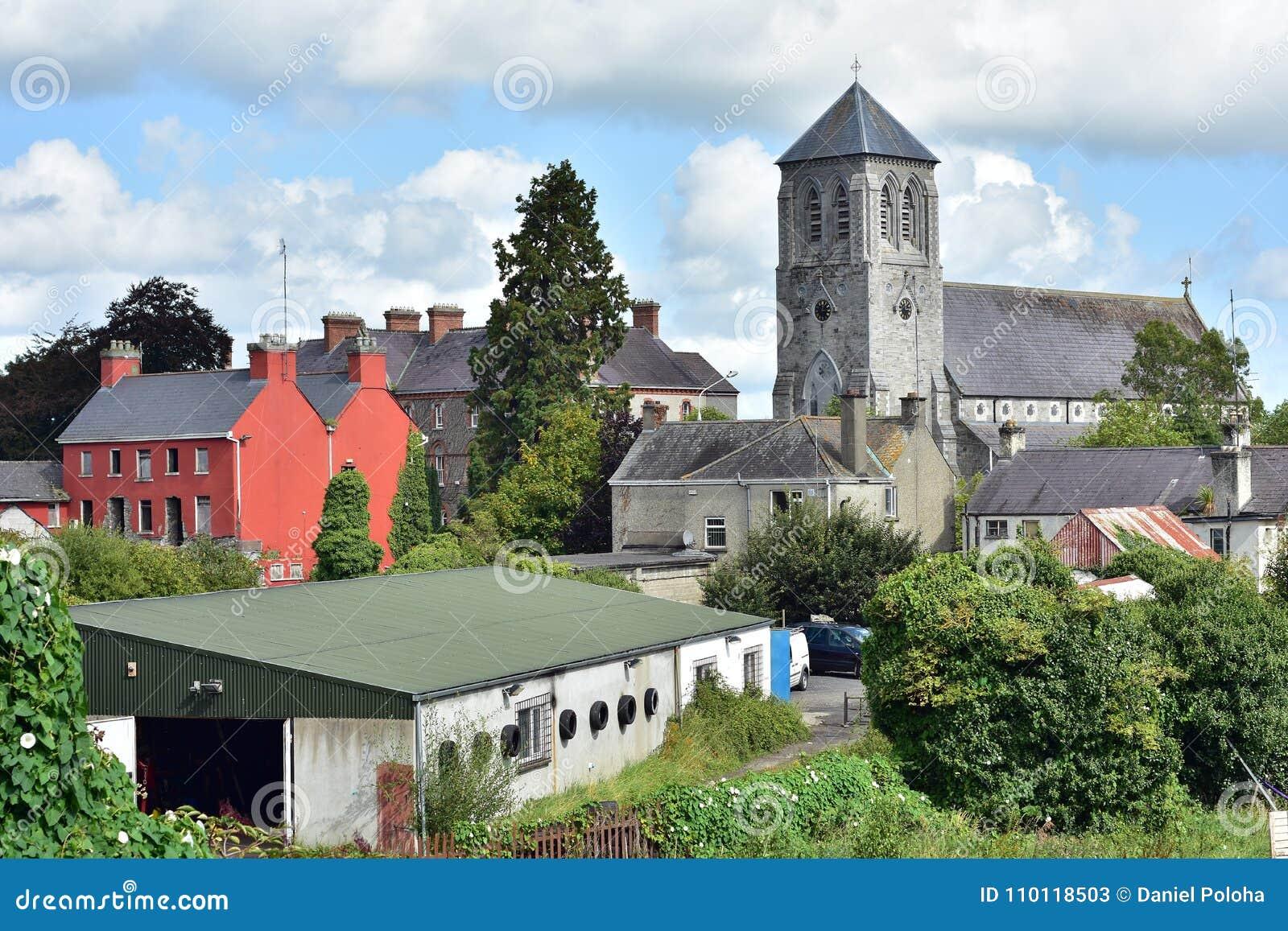 Igreja de pedra velha atrás das construções industriais