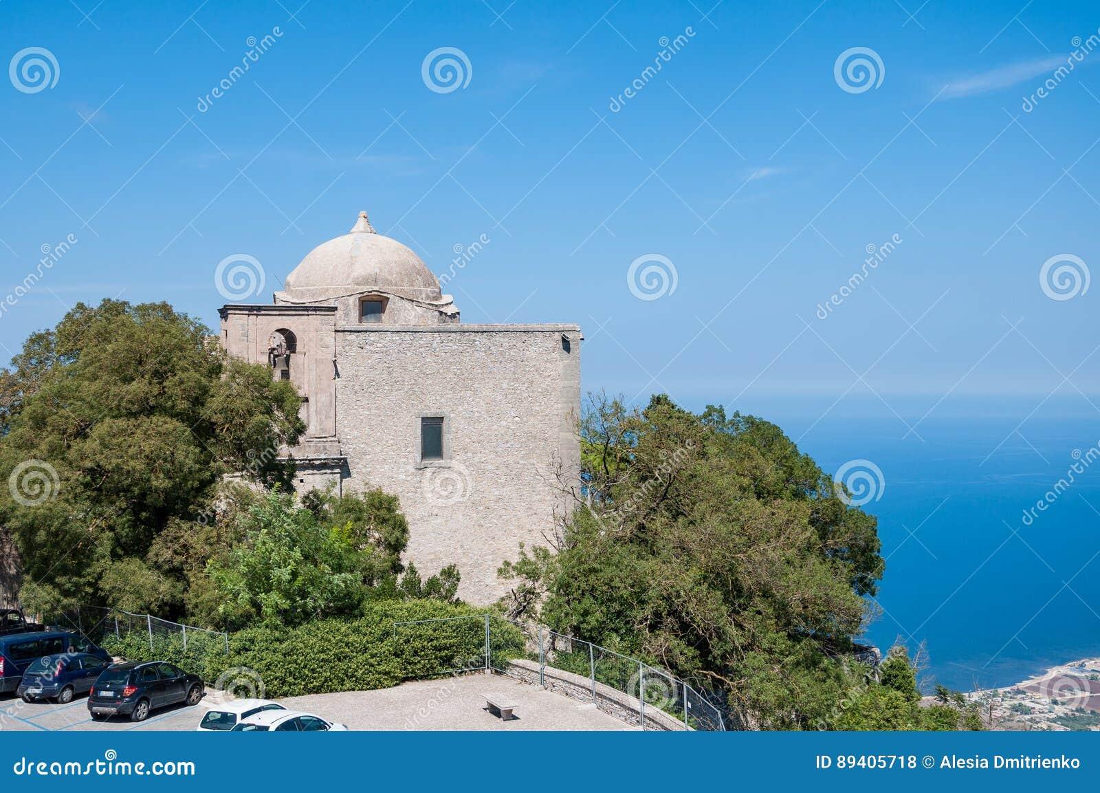 A igreja de St John o batista em Erice, Sicília