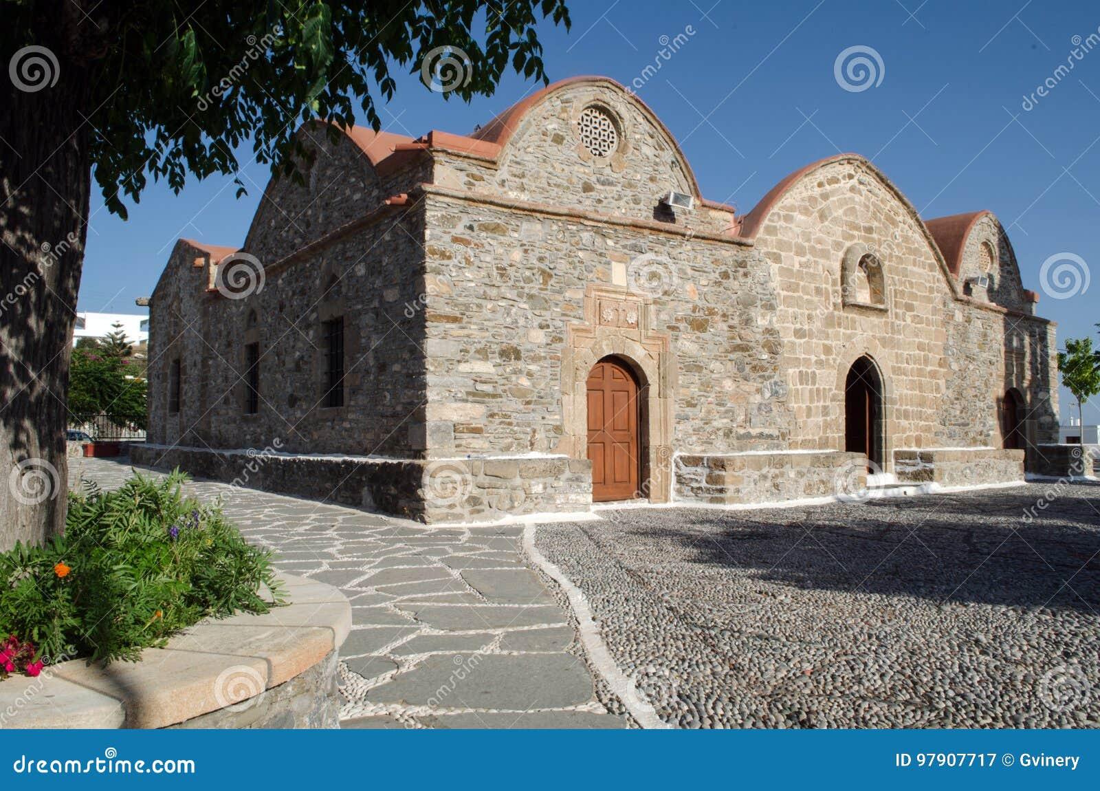 Igreja grega tradicional feita da pedra, com telhado vermelho