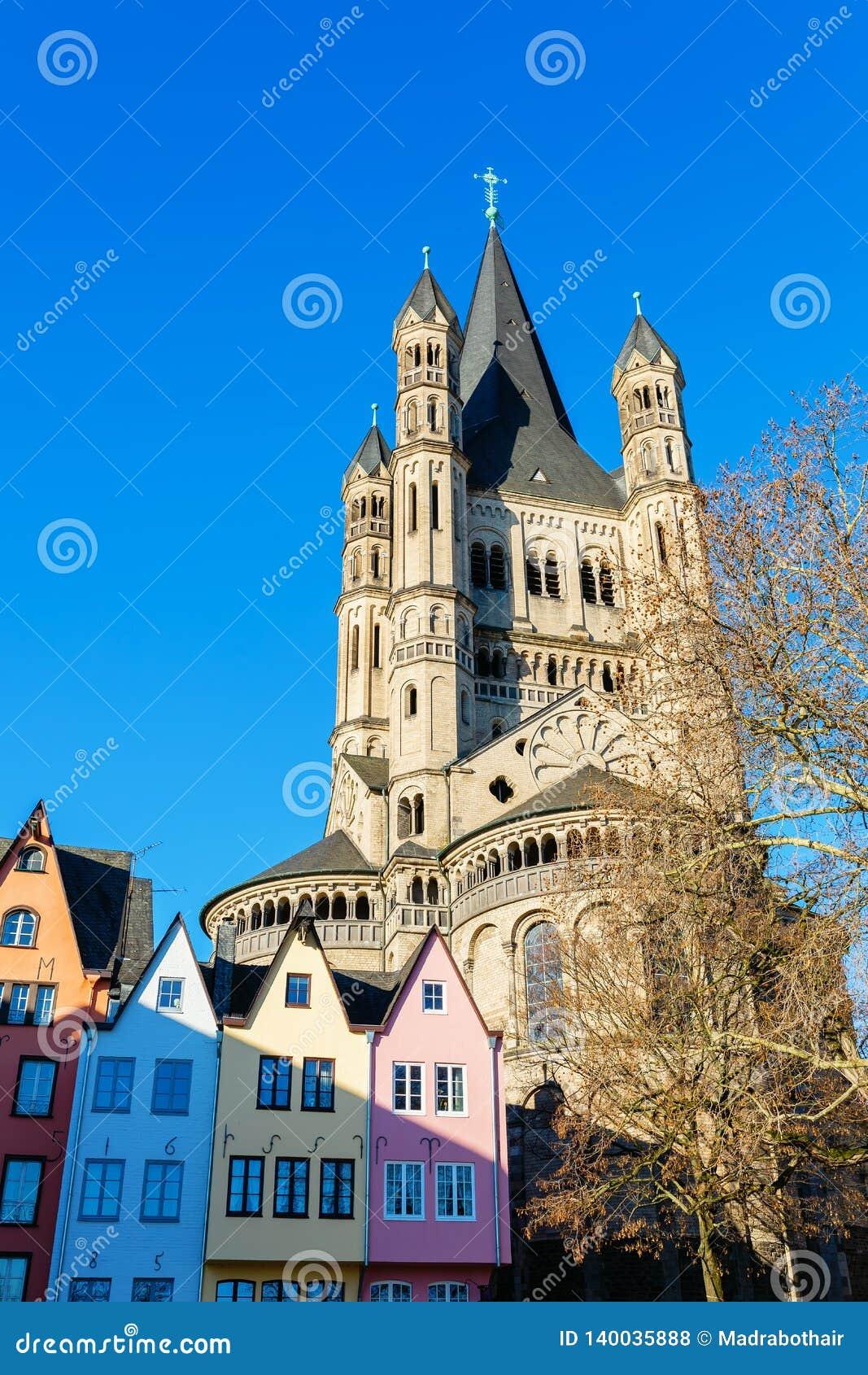 Igreja histórica St Martin bruto na água de Colônia, Alemanha