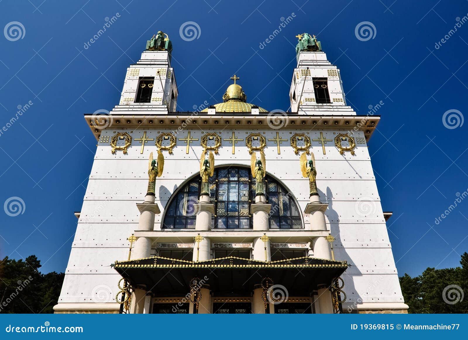 Igreja impressionante do art deco com cuppola dourado