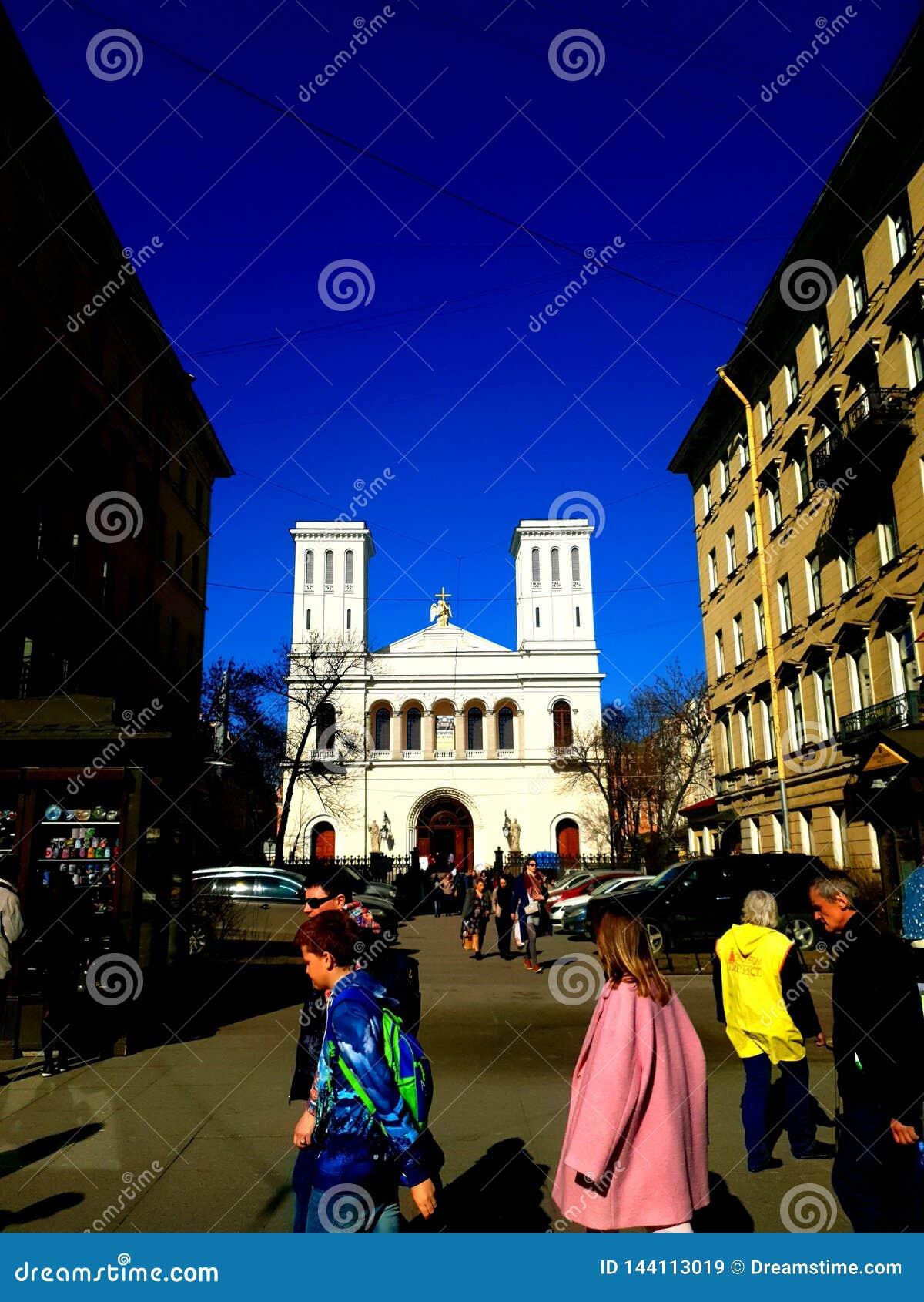 A igreja luterana de St Peter e de Saint Paul na luz do sol St Petersburg