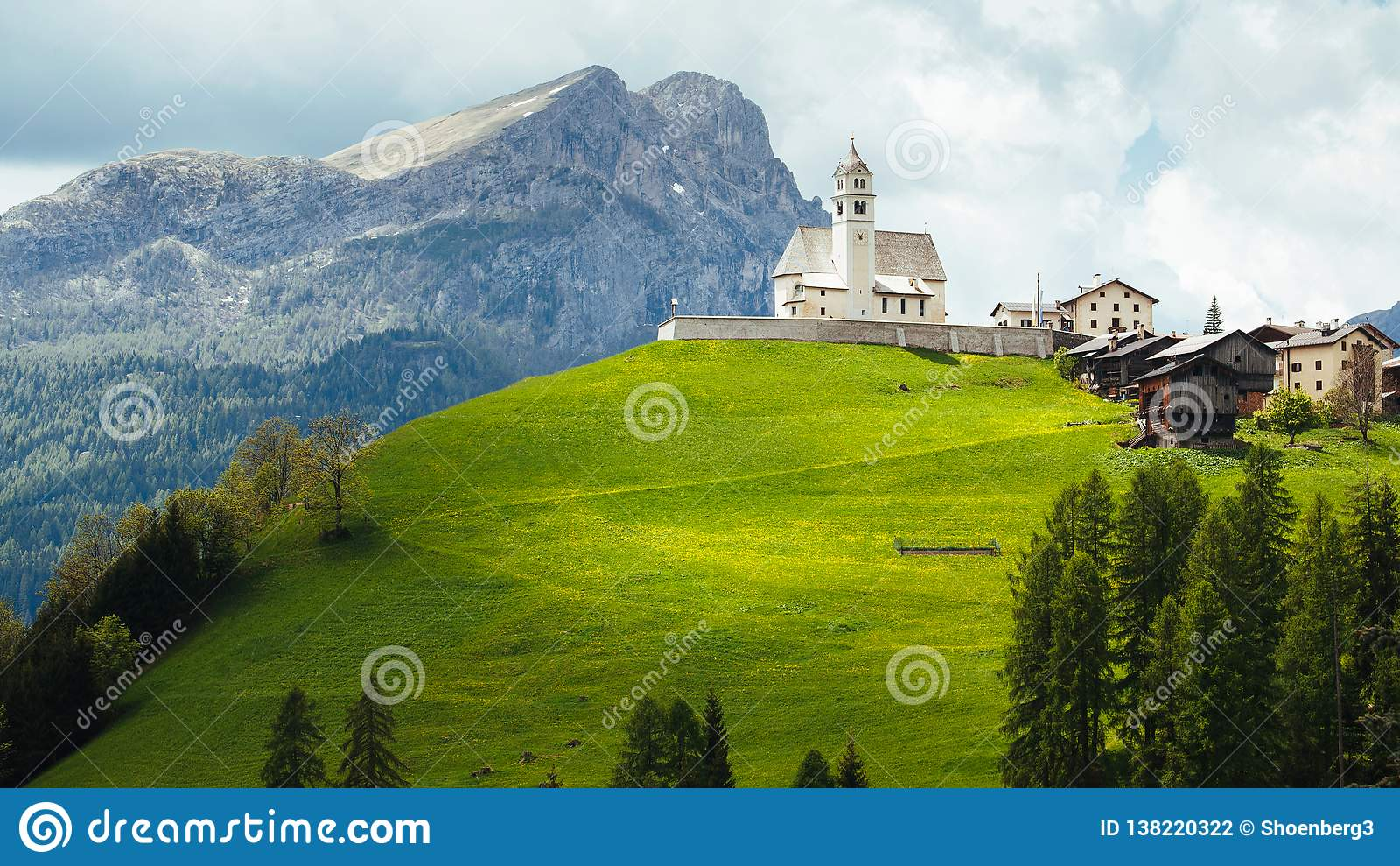 Igreja nas dolomites italianas